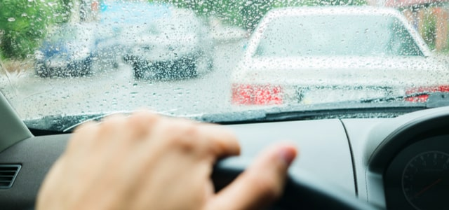 parabrisas-lluvioso-conducir-en-invierno